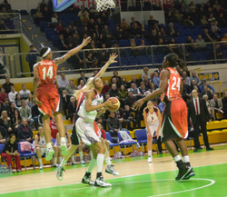 Dewanna Bonner #14 prepares her attack arounded by UMMC players