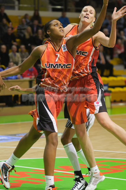 Sandrine Gruda #7 and Maria Stepanova #11 looking for a rebound