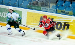 Sliding of Petr Stchastlivyi #24 and Alexander Gulyavtsev #15