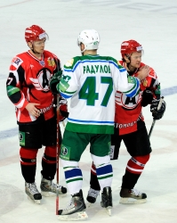 Alexander Radulov #47 thanks Avtomobilist's players for the interesting game