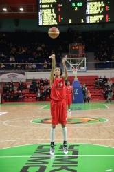 Dewanna Bonner #14 at the free-throw line