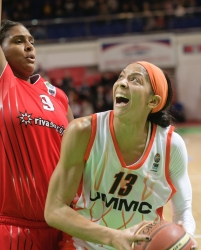 Candace Parker #13 competes with Courtney Paris #9
