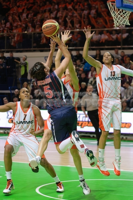 Valentina Siccardi #5 shoots in jump over a block of Svetlana Abrosimova #25